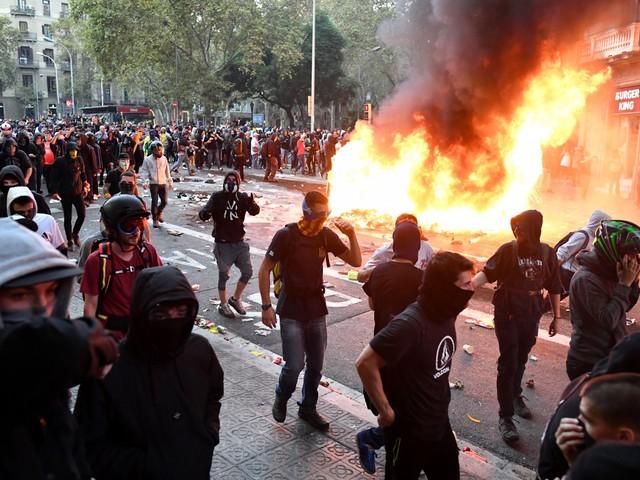 Catalogna, feriti e 70 arresti: Barcellona-Real non si gioca