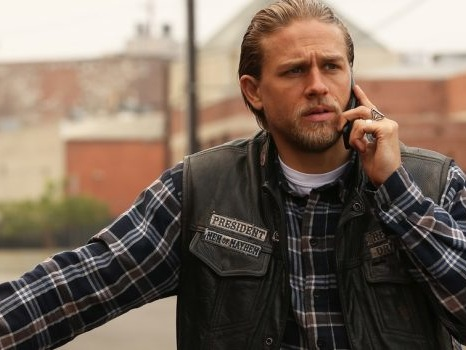 Charlie Hunnam dimentica Sons of Anarchy con Shantaram per Apple Tv
