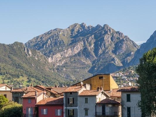 Viaggio nelle città sostenibili. La storia degli alberi di Lecco e dei bambini che li custodiscono