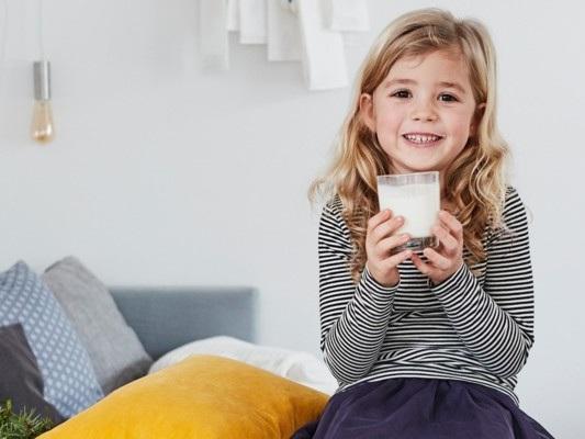 Perché fino ai 5 anni i bambini devono bere solo acqua e latte