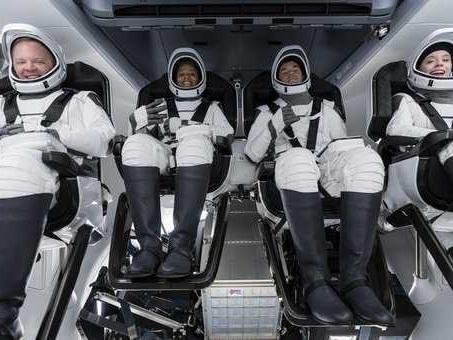 SpaceX, il razzo di Elon Musk di nuovo in orbita: il primo volo di soli turisti