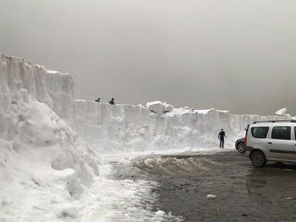 Strano meteo di Luglio, tanta neve in Romania, al Lago Balea