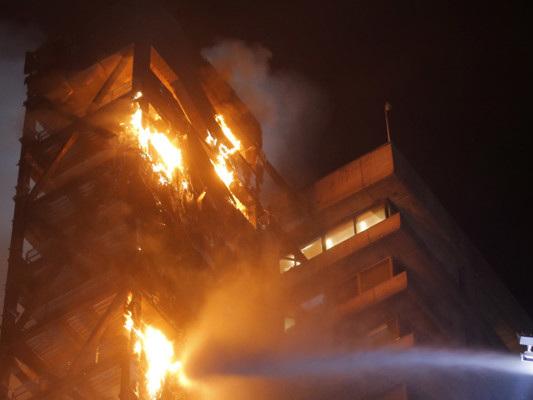 Dato alle fiamme il palazzo dell'Enel a Santiago del Cile