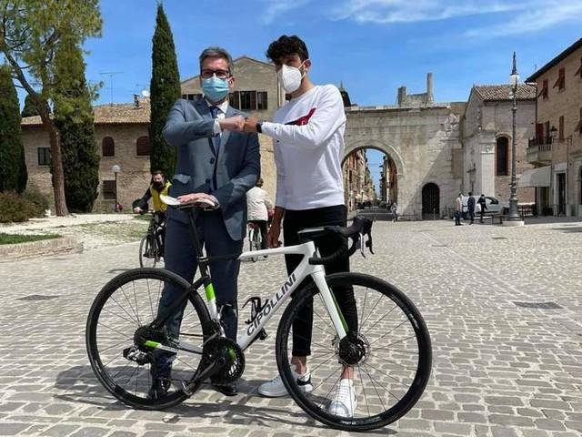 Giro: Carboni, unico marchigiano, riceve saluti da Baldelli