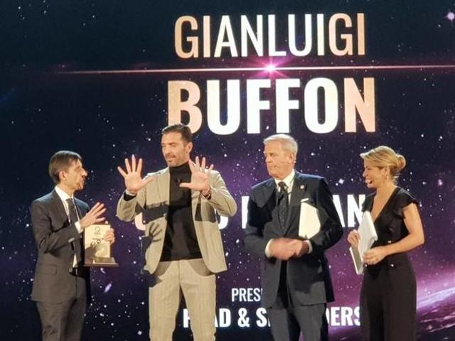 """Buffon è l'uomo dell'anno Squadre: trionfo Juventus Belotti mr. """"performance"""""""