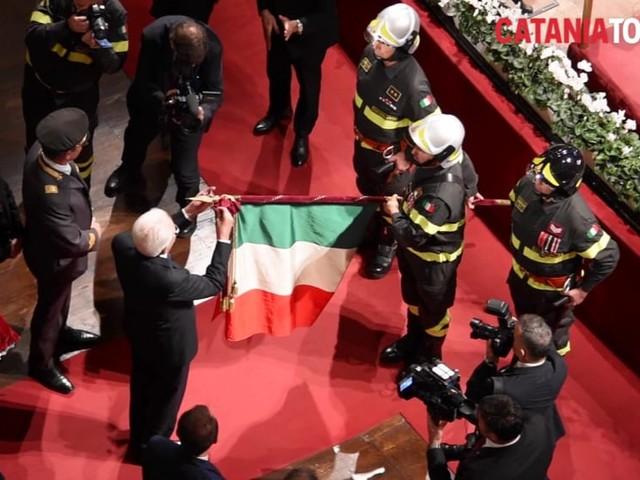 Mattarella conferisce la medaglia d'oro al corpo dei vigili del fuoco