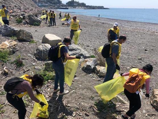 Con ramazze e mascherine: un esercito di volontari per pulire il mondo