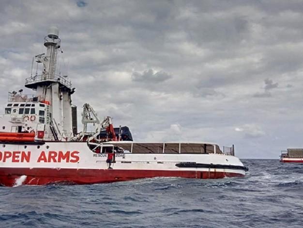 Iniziato il trasbordo dei 27 minori dalla Open Arms, i turisti sul molo