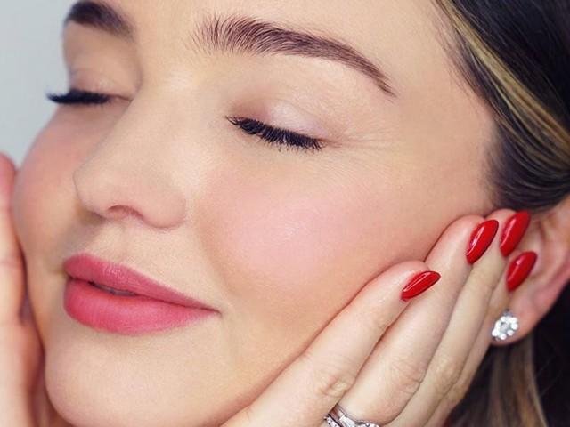 Automassaggio viso: come fare il self-massage effetto lifting