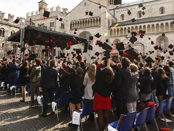 Cerimonia di laurea sabato in piazza Duomo a Trento, 562 i neolaureati