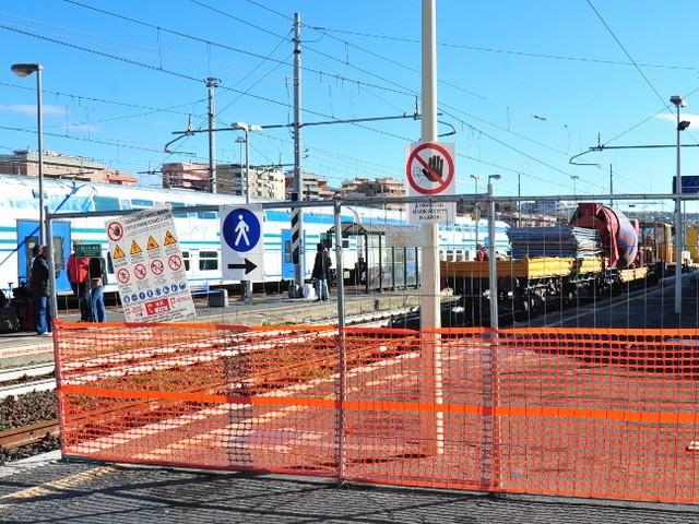 Lavori alla stazione ferroviaria: il disappunto dei pendolari