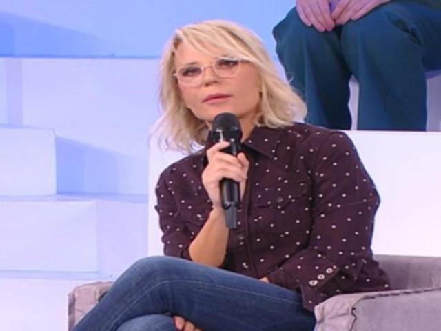 Maria De Filippi sceglie i pois per la puntata di Amici: non indovinereste mai il prezzo della camicia