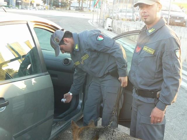 Civitanova, forza un posto di blocco e getta la droga dal finestrino: agli arresti un 29enne