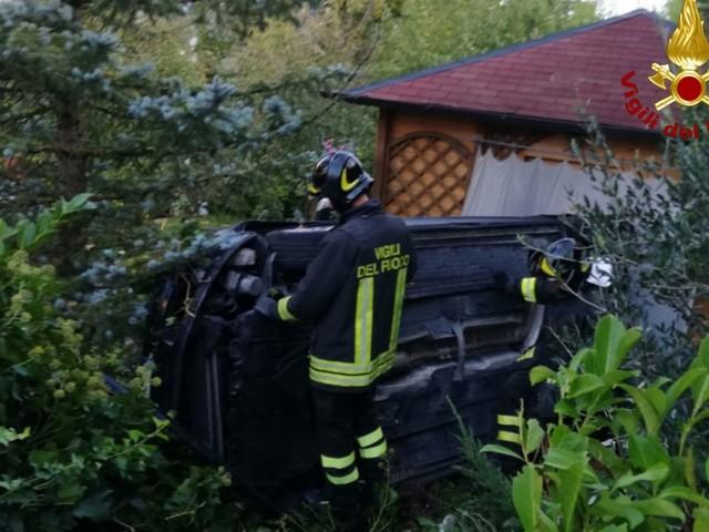 Fabriano: Perde il controllo dell'auto e finisce nel giardino di una casa, ferito