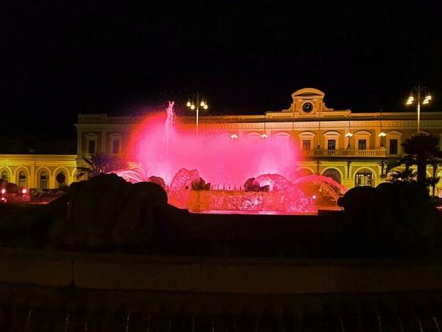 A Bari la fontana di piazza Moro illuminata per la giornata della Croce rossa italiana