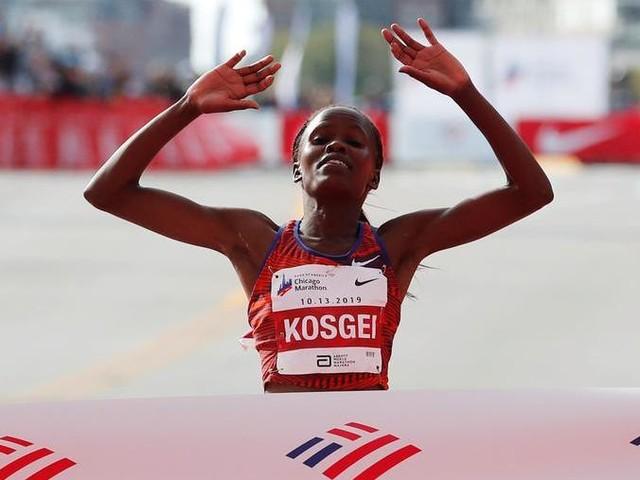 Impresa della Kosgei alla maratona di Chicago, nuovo record del mondo