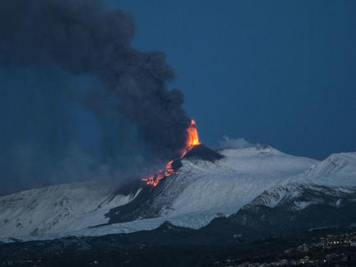 L'Etna si risveglia, nella notte fontane e fiumi di lava: i fortissimi boati fanno tremare Catania