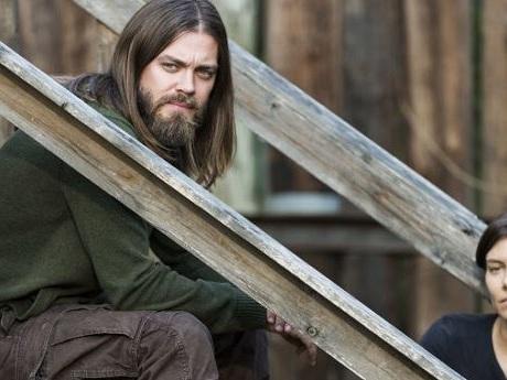 Tom Payne dice addio a The Walking Dead e Jesus tagliando via i suoi capelli nel suo futuro c'è Prodigal Son