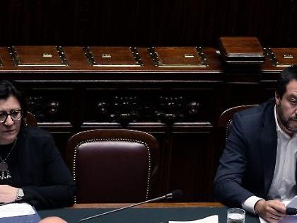 Open Arms, la nave a Lampedusa. La Trenta non firma il divieto di sbarco, scontro totale con Salvini