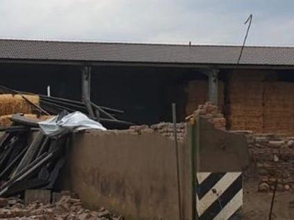 Maltempo, crolla muro della cascina Travolta un'auto: ferito un 45enne