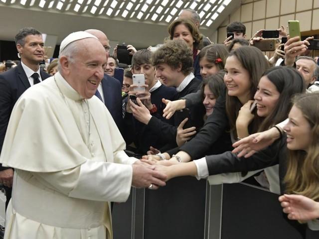 Il Papa agli studenti: vincete in generosità, il telefonino non sia una droga