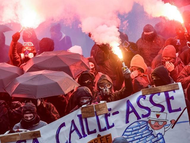 I black bloc sono scesi in piazza. Scontri con la polizia francese