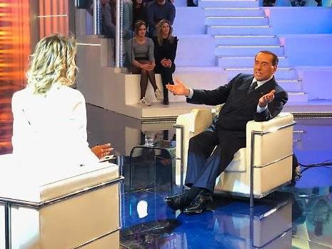 Silvio Berlusconi a ruota libera contro Di Maio: così l'ex Primo Ministro ha zittito Barbara D'Urso