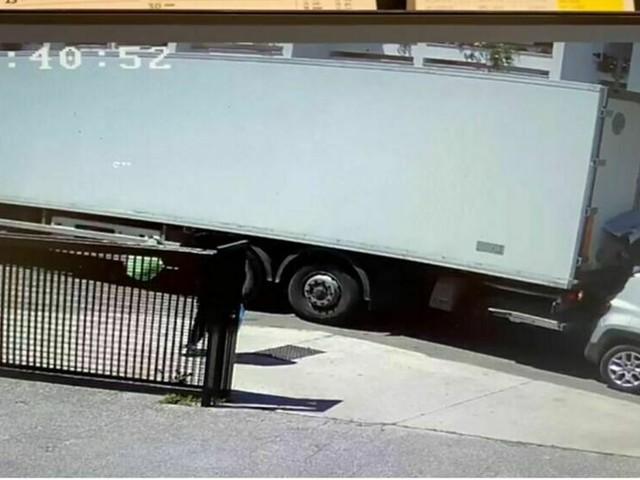 Camion in retromarcia schiaccia donna nel bagagliaio dell'auto: illesa per miracolo