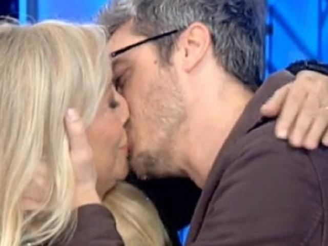 Domenica In: Mara Venier bacia in bocca Pif, poi chiede scusa al coniuge