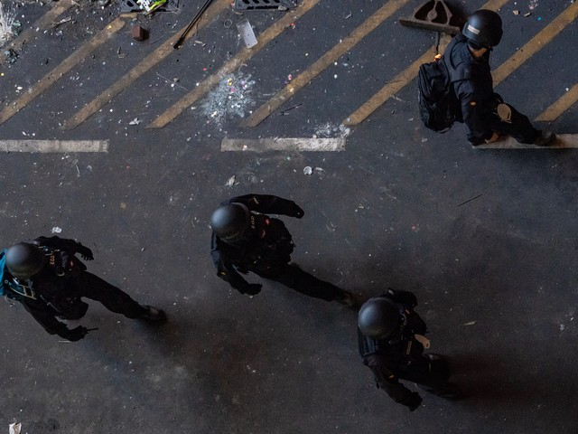 Hong Kong, polizia entra nel Politecnico. Scontro Usa-Cina per la legge firmata da Trump
