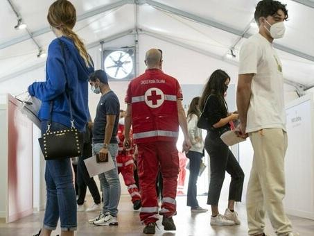 Covid, nuovi contagi e morti soprattutto tra non vaccinati: efficacia 2 dosi al 96%. Il report Iss