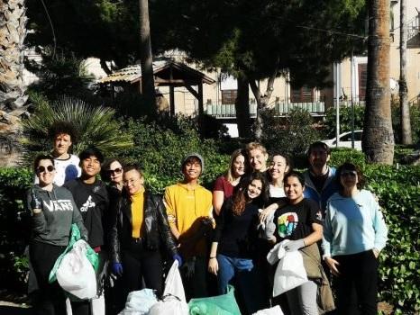 Gli studenti del Gonzaga di Palermo ripuliscono piazza dell'Acquasanta, le foto