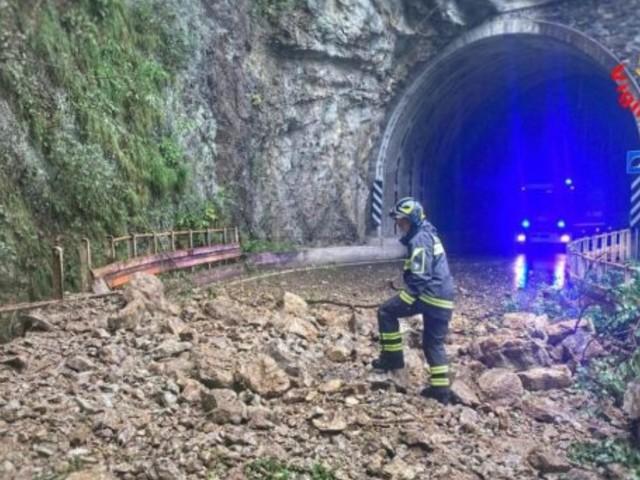 """Frane e alluvioni nel lecchese, 120 persone evacuate da un campeggio di Dervio. Il Comune ai cittadini: """"Non uscite di casa"""""""
