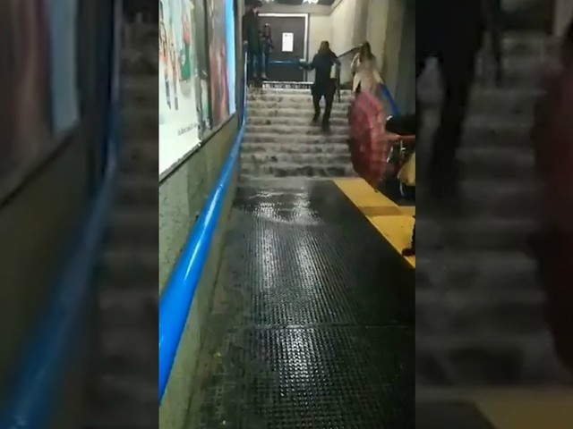 Nubifragio a Roma, mezzi in tilt: piove dentro l'autobus. Allagate le stazioni della metro