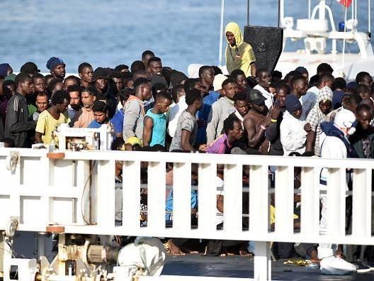 Il Pd vuole togliere ogni limite. I migranti ora possono invaderci