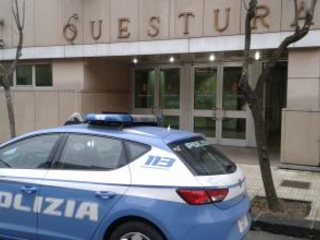 Tenta di suicidarsi, salvata dalla polizia a Cosenza La donna ha provato prima con il fuoco poi col coltello