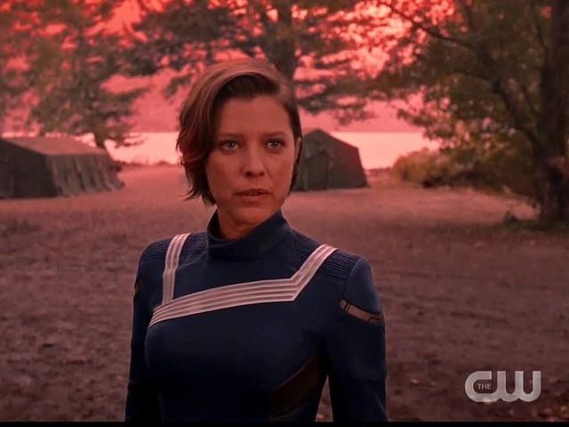 In Arrow 8 la reunion padre e figli apre la strada al ritorno di Felicity: la Crisi si avvicina, anche la morte di Oliver?