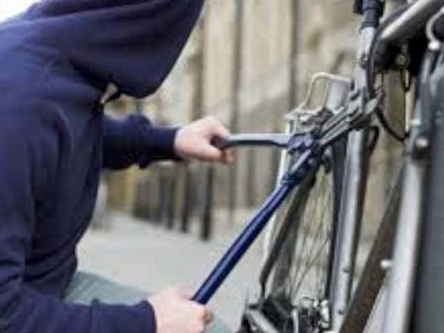 Terracina, furti in serie di biciclette: bloccato dalla polizia prima dell'ennesimo colpo