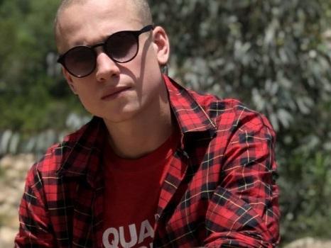 OM incontra Albert per Più Calma, il nuovo singolo che aspetta impaziente il relax estivo