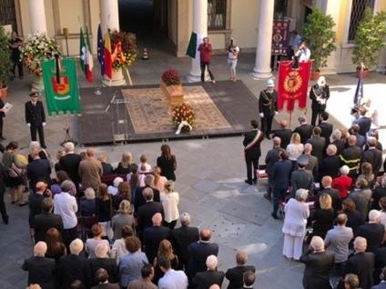 «La città ha molti motivi per dirti grazie» L'ultimo commosso saluto a Roberto Bruni