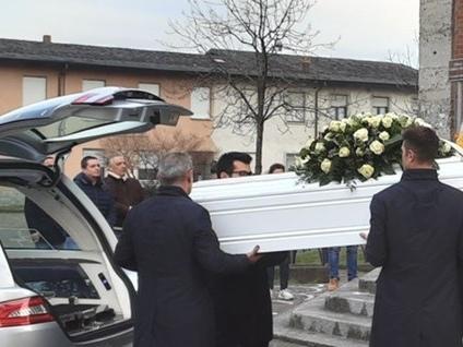 «Ciao Giorgia, anima dolce e bellissima» Ad Arzago l'addio alla giovane mamma
