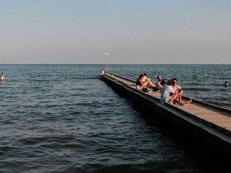 Selfie sul pontile con la moglie: turista tedesco cade in acqua e muore