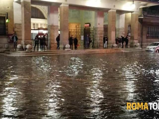 Temporale a Roma, bomba d'acqua sulla città: tre stazioni metro chiuse. Strade allagate