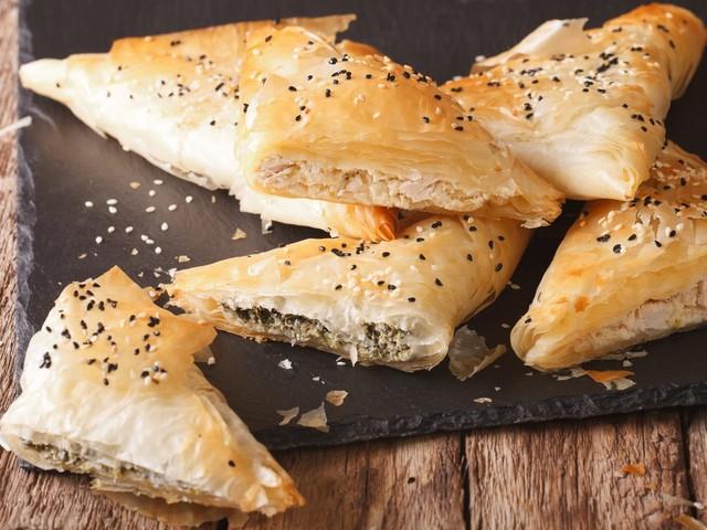 Tiropitakia: la ricetta greca dei triangolini di sfoglia ripieni di feta