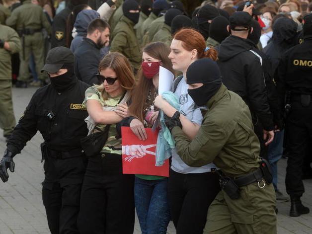 Bielorussia: tornano a marciare le donne, centinaia di fermi