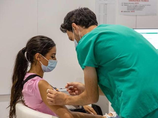 Vaccino, terza dose per tutti. Brusaferro: «Scenario verosimile»