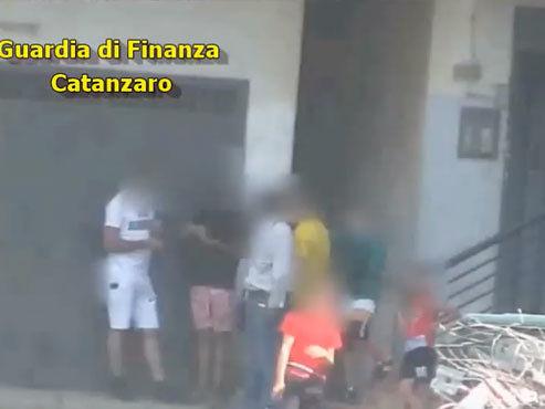 """Pusher di 14 anni e spacciatori con il reddito di cittadinanza, espugnato il """"fortino"""" rom di Lamezia"""