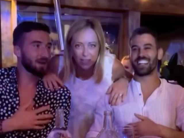 Giorgia Meloni, foto con Cristante e Spinazzola/ Ma pubblica selfie solo con Spina...