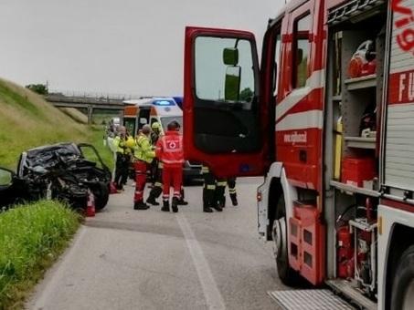 Ford Ka in frontale contro un camion: morta una donna di 61 anni