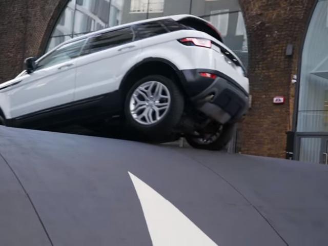 Range Rover Evoque contro la madre di tutti i dossi artificiali